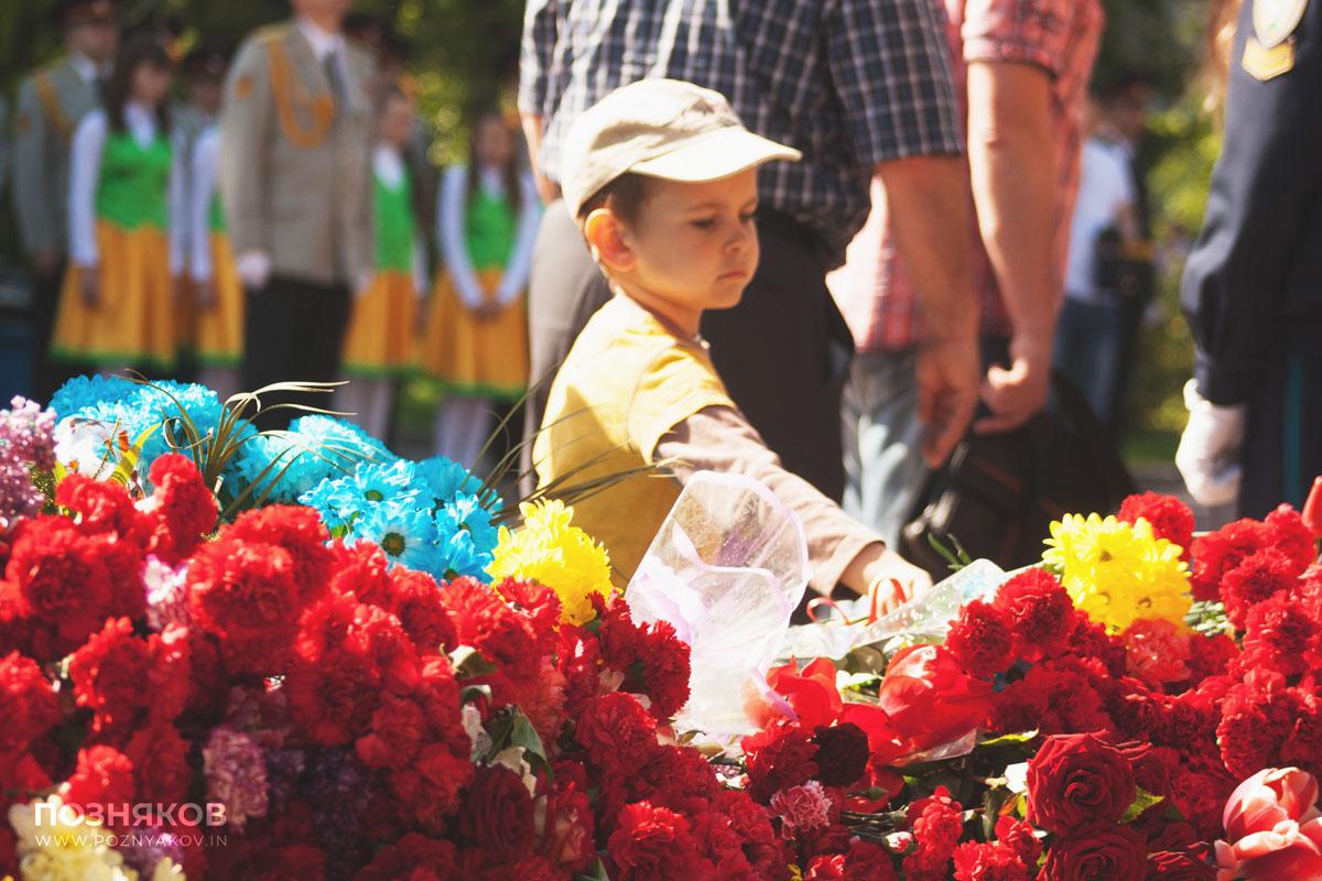 Дети возлагают цветы к памятнику павшим в боях за Родину